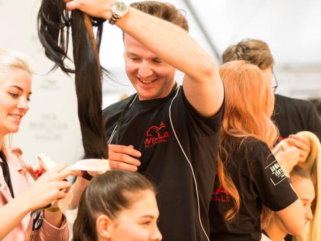 WELLA Top-Akteur SVEN KÖNIG stylt die Haar-Looks auf BERLINER FASHION-HIGHLIGHT